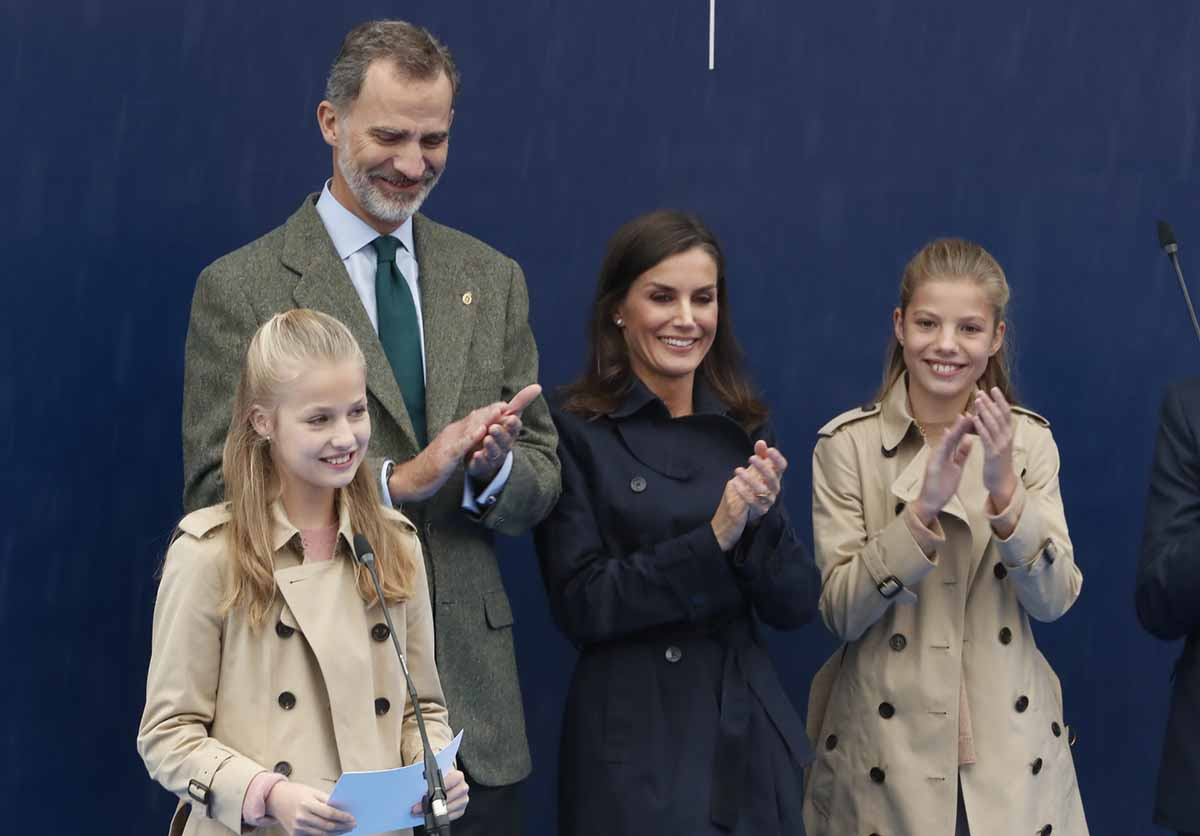 Los reyes Felipe VI y Letizia ponen tijeras en su visita al Pueblo Ejemplar por el coronavirus 1