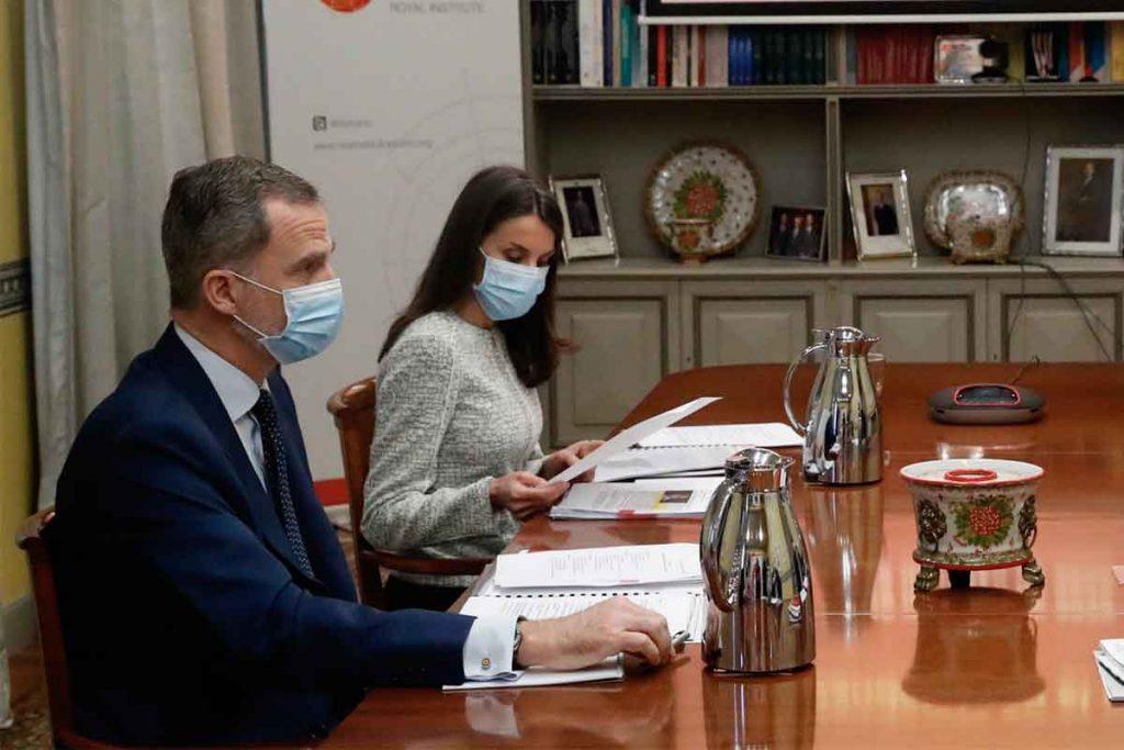 Los reyes Felipe y Letizia conversan con funcionarios de Carrefour para unir fuerzas contra la crisis 1