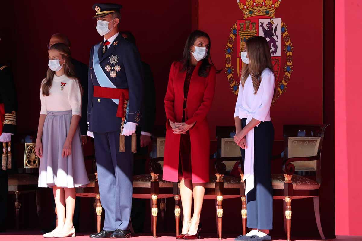 Los susurros de la Reina Letizia y la Infanta Sofía en la Fiesta Nacional, ¿de qué hablaban? 1
