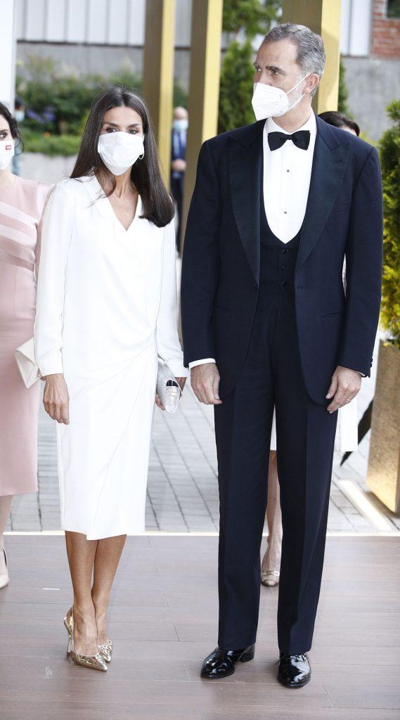 Reina Letizia: zapatitos plateados para actualizar uno de sus top vestidos 1
